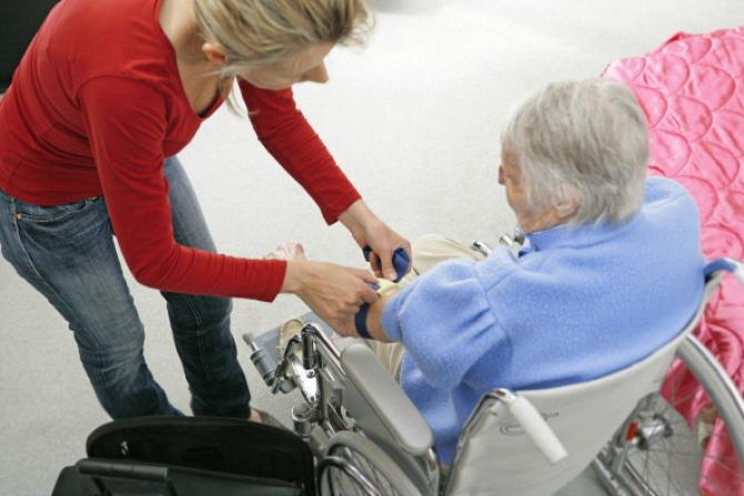 20090821-PONTEDERA (PI)-BADANTI: DA OGGI PARTE LA REGOLARIZZAZIONE. Una donna con la badante.ANSA/STRINGER