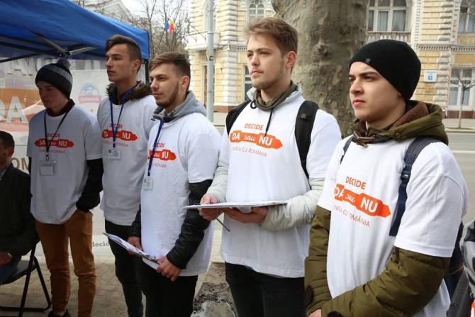 """Operatorii de teren ai campaniei """"Decide: DA sau NU"""" pe străzile municipiului Chișinău"""