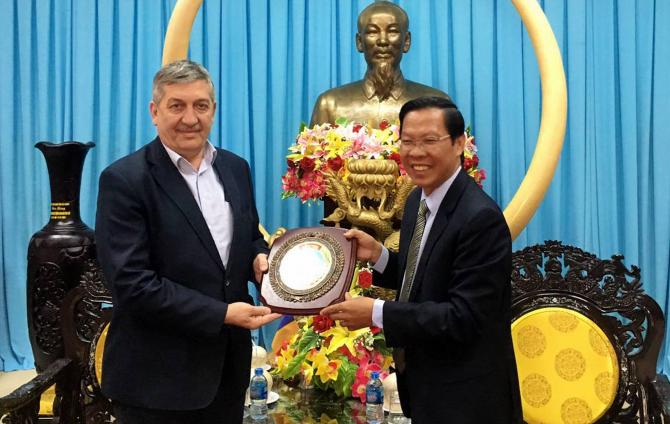 Parlamentarul român Simion Lucian Eduard (st.) împreună cu Pham Duc Hai, înalt oficial al statului vietnamez
