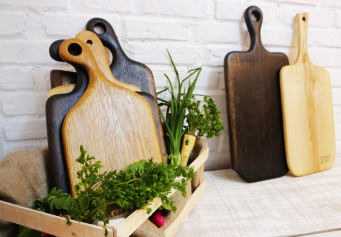 Platourile de servire din lemn realizate manual sunt comercializate la prețuri cuprinse între 80 și 100 de euro.