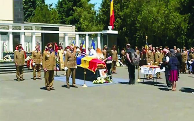 Cristian Ţopescu a fost înmormântat cu onoruri militare la Cimitirul Militar Ghencea