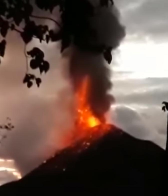 Eruptie vulcan Krakatau