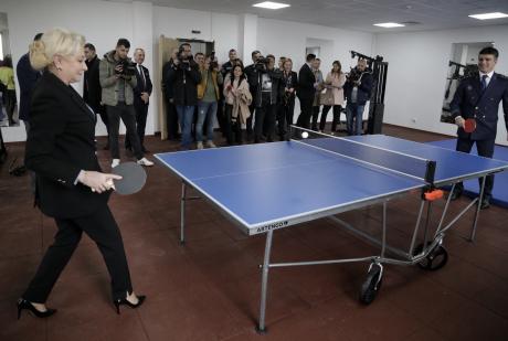 Viorica Dancila jucand ping pong. Sursa: gov.ro