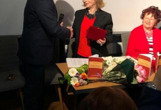 Alina Diaconu, disctinţie primită de la secretarul de stat Victor Alexeev. Sursa foto: Ministerul pentru Românii de Pretutindeni
