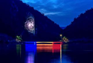 Podul Mraconia îmbrăcat în tricolor. Sursa foto: Facebook / DRDP Timişoara