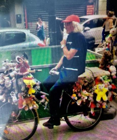 Andrei, pe bicicleta sa, în Pernety. Sursa foto: leparisien.fr