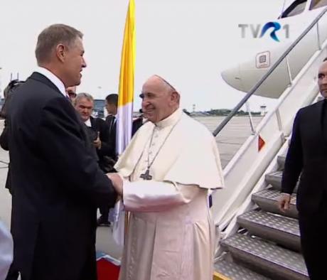 """Klaus Iohannis şi Papa Francisc, pe aeroportul Internațional """"Henri Coandă"""" din București"""