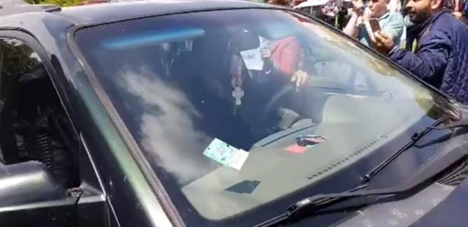 Masina deputatutlui PSD, Nicolae Bacalbaşa, înconjurată de protestatari, la Galaţi