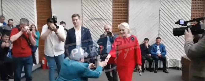 Susţinător PSD, îngenunchează în faţa Vioricăi Dăncilă, în Satu Mare. Sursa foto: presasm.ro