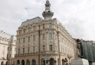 Descriere foto: Continental Hotel, Calea Victoriei. From the balcony of the royal apartment, in April 1992, King Mihai addressed the Romanians on his return to the country DC News Archive Descriere foto: Continental Hotel, Calea Victoriei. From the balco