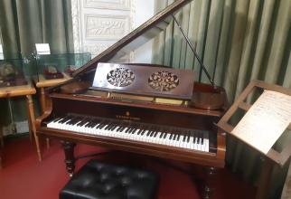 Pianina C.BECHSTEIN și pianul Steinway & Sons au fost aduse de la Paris, după dispariția compozitorului