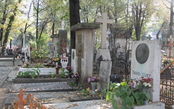 The Writers'Alley in Bellu Cemetery Photo: Crișan Andreescu