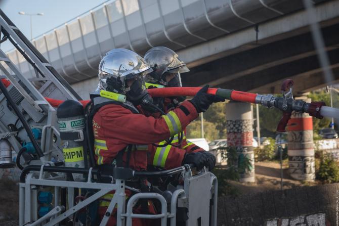 2. -imagine fara descriere- (pompieri_franta_tabara_romi_incendiu.jpg)