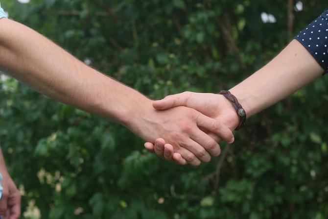 asociere, strangere de mana