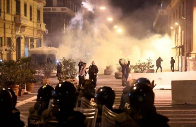 proteste_napoli_italia_fumigene