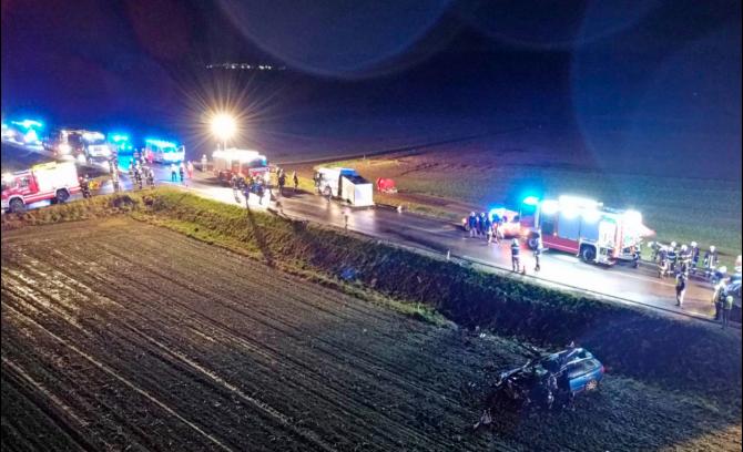 2. -imagine fara descriere- (accident_microbus_romanesc_austria_vitis_desus_235.PNG)