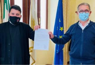 Preotul român Marian Găină și Settimo Nizzi, primarul orașului Olbia. Foto: Olbia Nova