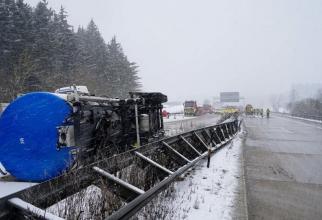 Un șofer român s-a răsturnat cu TIR-ul pe o șosea din Germania (Foto: wochenblatt.de)