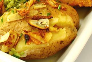 Cartofi copți striviți cu usturoi, extrem de aromați și de savuroși. Rețeta rapidă de care te vei îndrăgosti