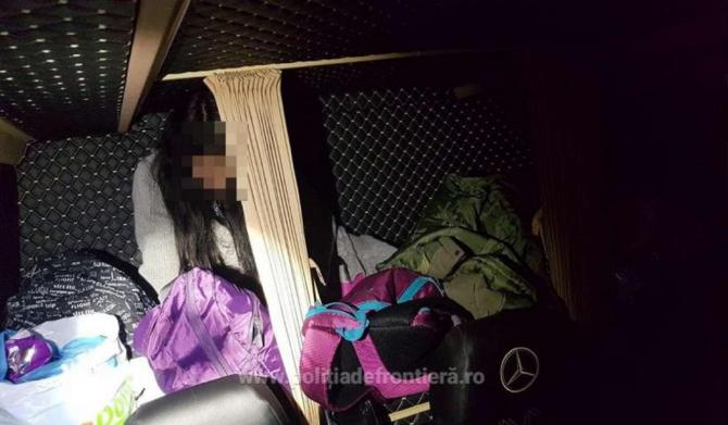Adolescentă româncă, ascunsă printre bagaje, într-un microbuz, la vama Nădlac. Fata voia să fugă din ţară cu iubitul