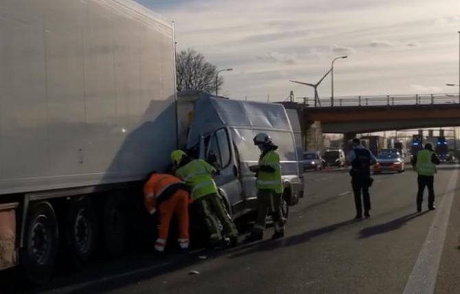 2. -imagine fara descriere- (belgia-microbuz-romanesc-accident-grav-pe-o-autostrada-soferul-roman-aruncat-prin-parbriz-in-urma-impactului-2.jpg)