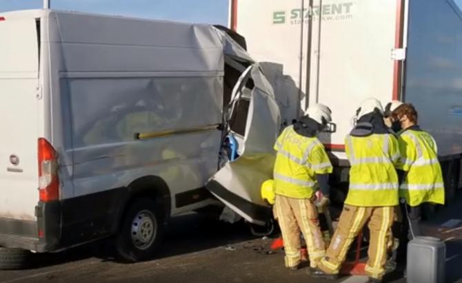3. -imagine fara descriere- (belgia-microbuz-romanesc-accident-grav-pe-o-autostrada-soferul-roman-aruncat-prin-parbriz-in-urma-impactului-3.jpg)