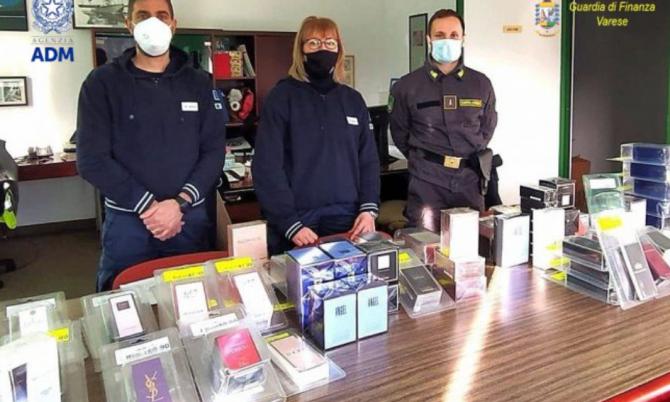 Doi români intrat în Italia cu parfumuri de firmă de mii de euro au rămas fără ele (Foto: primasaronno.it)