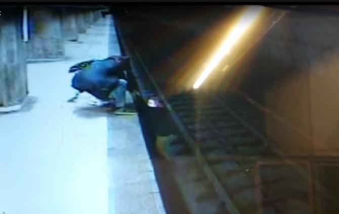 O fată de 15 ani s-a aruncat pe șine la metrou