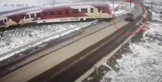 Imagini șocante. Momentul în care mașina în care se aflau Dragoș și Laura este spulberată de tren de Ziua Îndrăgostiților