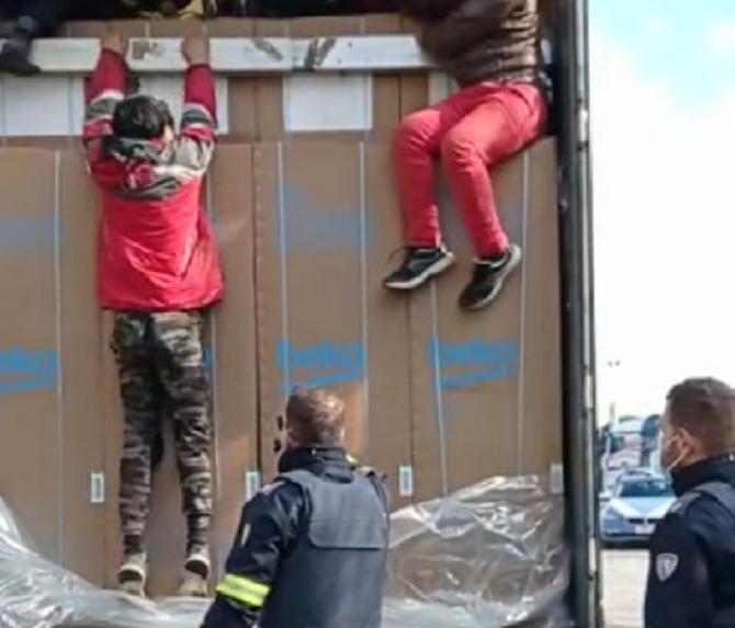 Italia_migranti_ascunsi_camion_romanesc