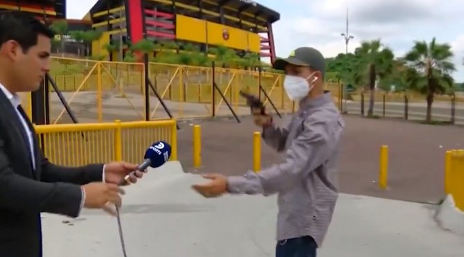 Jurnalist, jefuit în direct, cu un pistol, în timp ce filma
