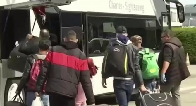 Probleme pentru sezonierii români care vor să plece în străinătate: Nu au bani nici pentru testele Covid, nici pentru carantină