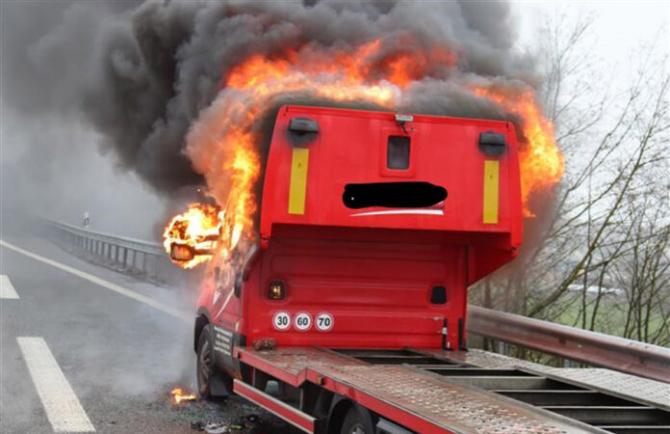 Camionul unui român a luat foc pe Autostradă în Germania (Foto: lokalo.de)
