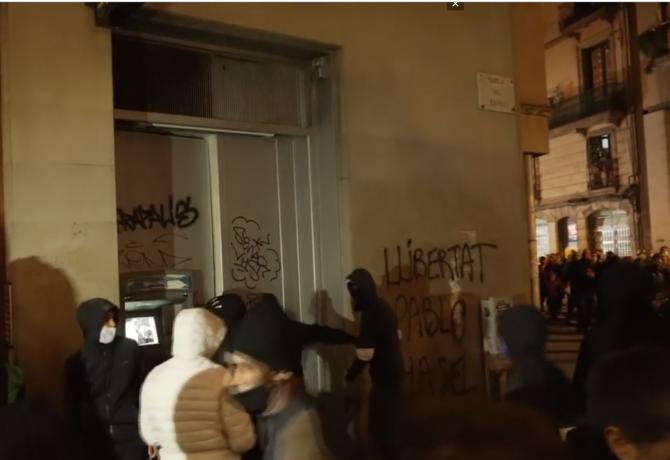 Spania. Bănci jefuite și mașini de poliție arse