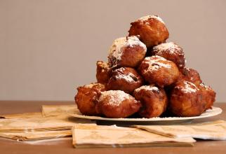 Bunuelos cu mere, desertul pufos și suculent tradițional în Spania. Mai delicios decât papanașii!