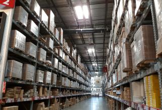 Doi români au furat marfă de 100.000 de lire sterline dintr-un depozit Amazon
