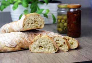 Pâine de casă cu măsline, cu miez pufos și crustă crocantă. Secretul gospodinelor din Grecia