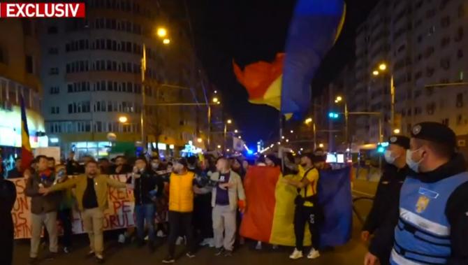 A patra seară de proteste în România. Manifestanții reclamă dictatura medicală și cer libertate