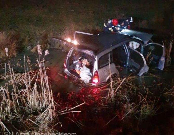 automobil cazut in canal cu apa Sursa ISU Arad