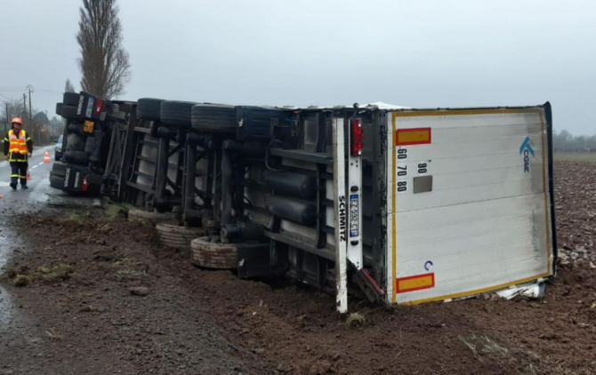 camion condus de sofer roman s-a rasturnat