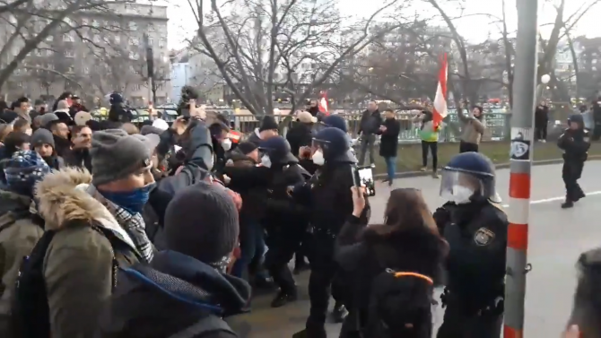 Centrul Vienei, asaltat de protestatari anti-corona veniți cu autocare