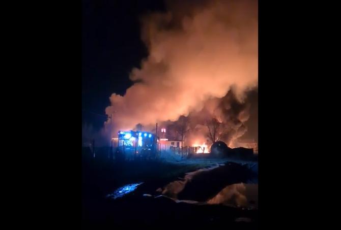 Incendiu Violent într-o hală de produse din țiței - pericol de EXPLOZIE! Doi români ARȘI, în stare gravă