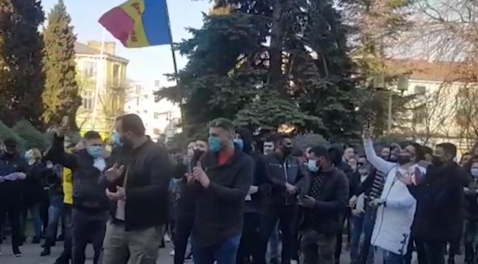 Protest cu zeci de persoane faţă de restricțiile din pandemie, la Constanța și Timișoara