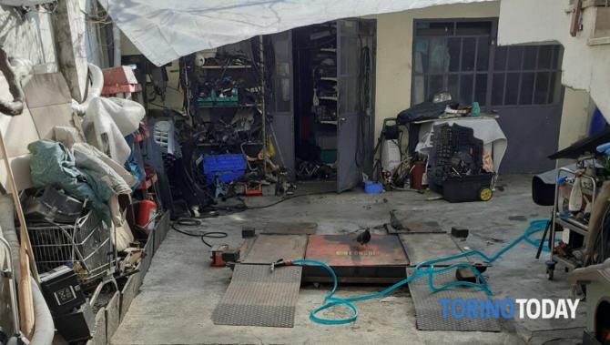 Român, mecanic auto de ocazie în propria curte, fără autorizați (Foto - Torino Today)