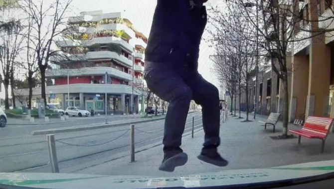 Un roman din Italia a sarit cu picioarele pe masina de politie (Sursa: Il Giorno)