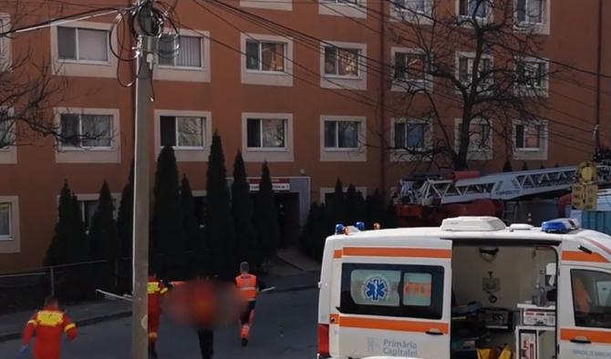 Tânărul care s-a aruncat de pe acoperişul căminului din Sectorul 3 a murit la spital