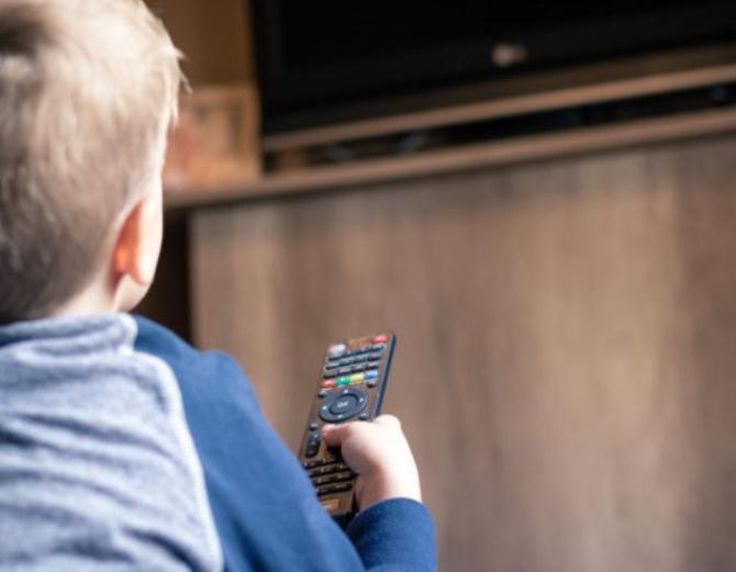 televizor cazut peste un copil