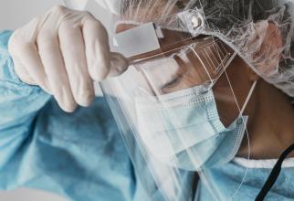 """Doctori români: """"Afară scandau acei anti-mască. Noi aşteptam un loc la ATI ţinând de mână pacientul ce avea nevoie de oxigen"""""""