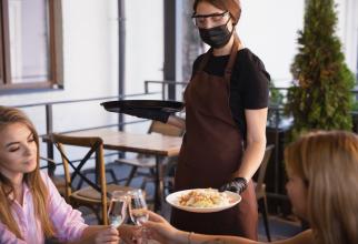 După 1 iunie, restaurantele ar putea rămâne deschise indiferent de rata de incidență. Anunțul lui Cîțu