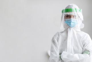 Experiment controversat în Marea Britanie. Tinerii vindecaţi de COVID-19 pot primi 5000 de lire pentru a fi infectați din nou